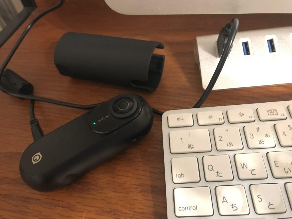 撮影した360度画像をPCに取り込みます。カメラの電源をオンにしてください。