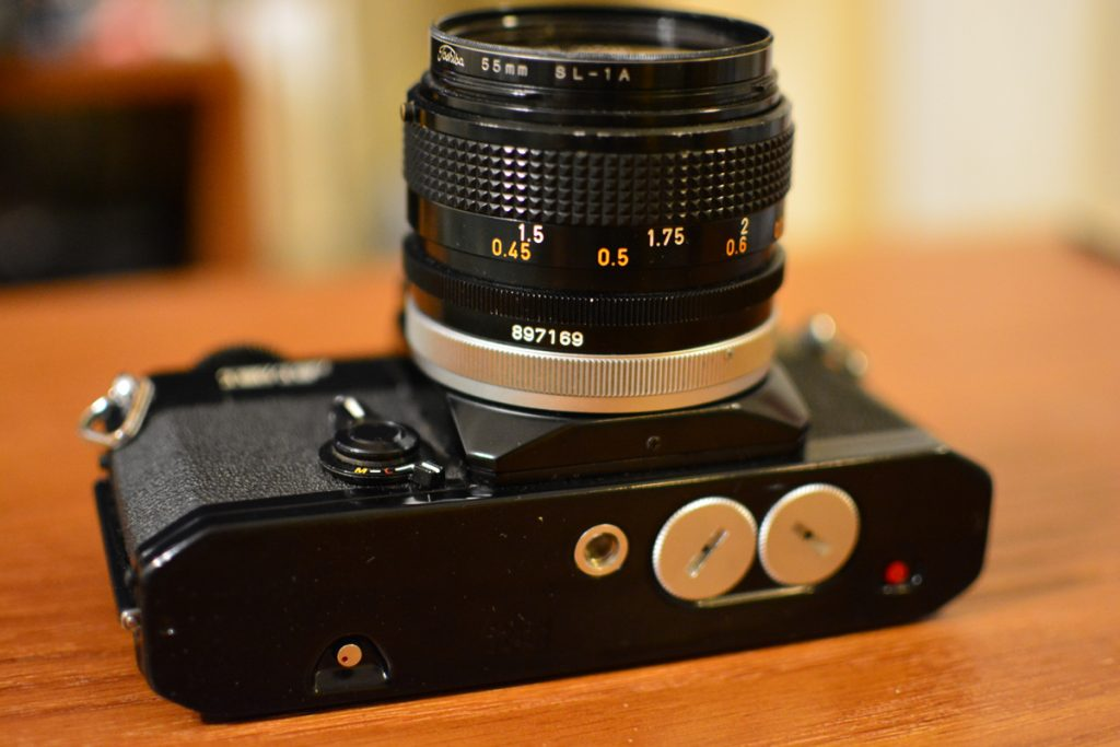 Canon EF (キヤノン EF)の底面に電池を入れるところがあります。