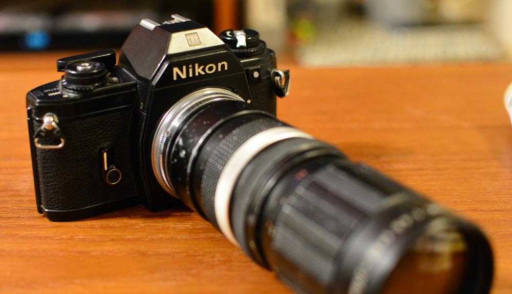 NikonEMに本体より大きなレンズをつけているせいで持ち運びしづらい