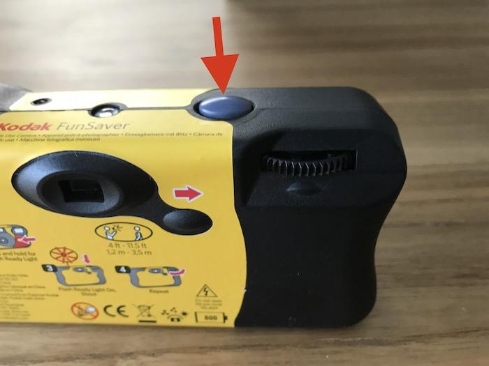 被写体をファインダーで捉え上面のシャッターボタンを押して撮影しましょう。1枚撮影するとまたダイヤルでフィルムを巻き上げ‥の繰り返しです。