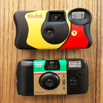 インスタントカメラ「フジカラー写るんです!」とコダックファンセーバーの大きさ比較
