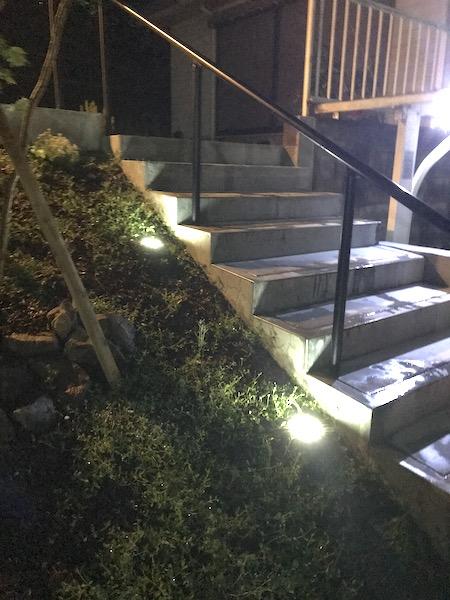 階段アプローチ:埋め込みタイプのソーラーライトあり
